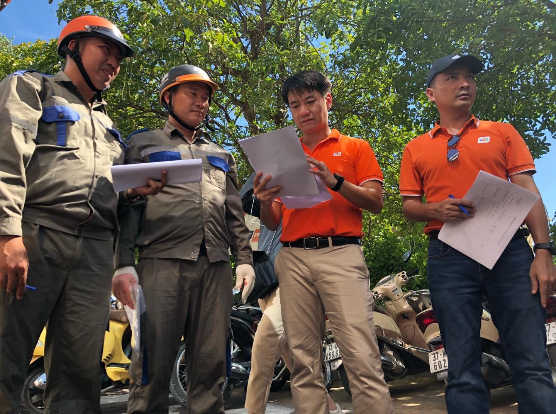 Anh Trần Thanh Hải, Ban chỉ đạo phòng chống lụtbão,làm việc với các đội để cập nhật rõ tình hình và công việc cụ thể.