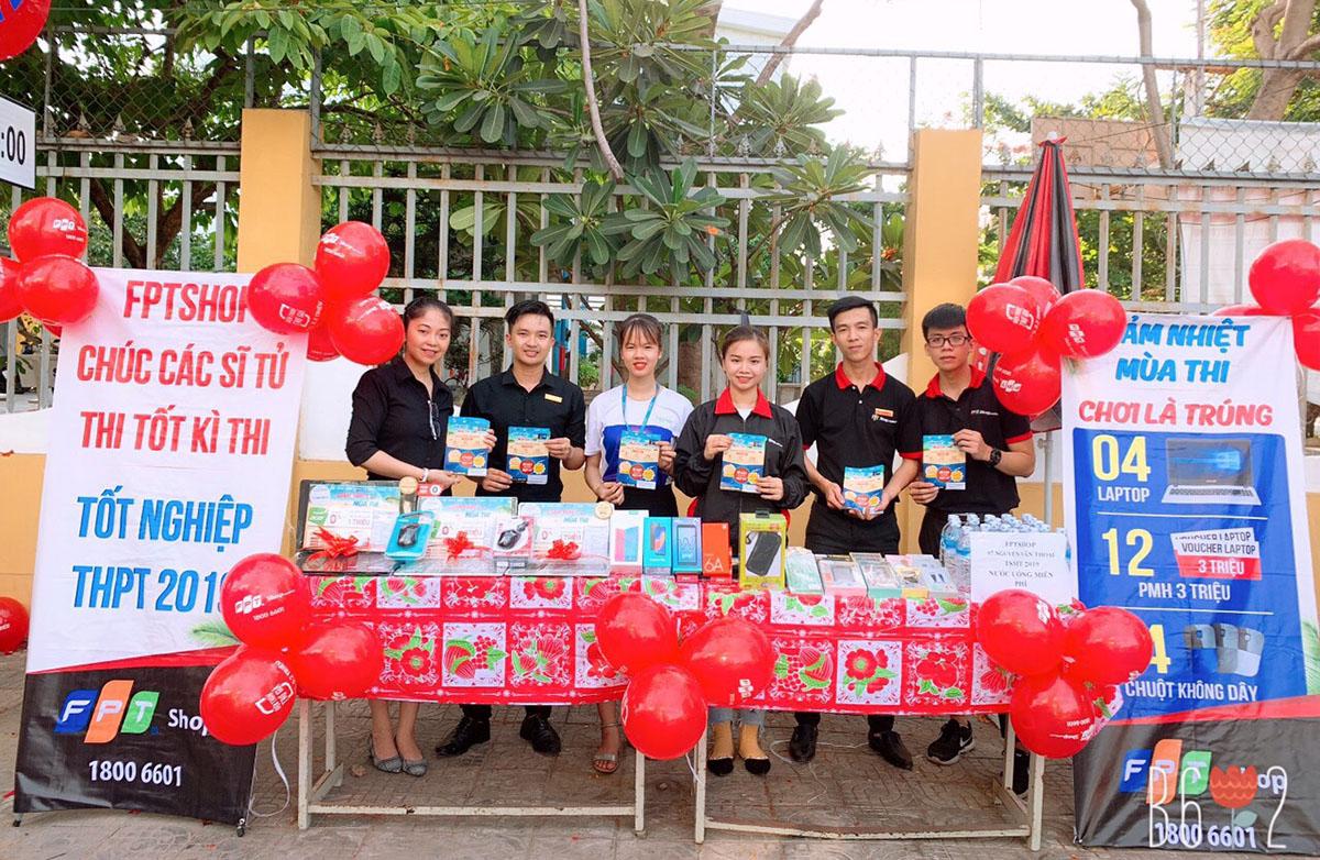 """Tại Đà Nẵng, người FPT Shop cũng """"phủ sóng"""" các điểm thi. Các gian hàng được trang trí đẹp mắt và nhiều sản phẩm được trưng bày để phụ huynh tham khảo..."""