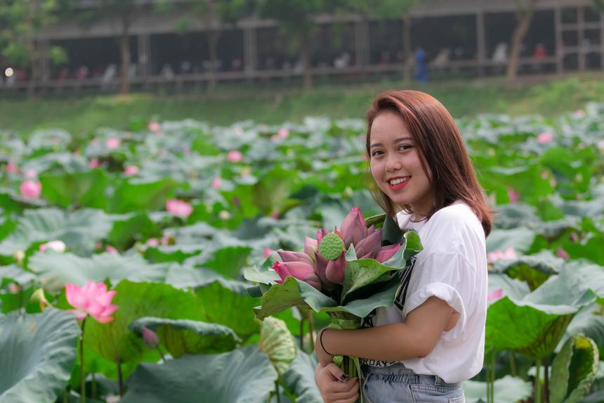 Cô nàng Đỗ Hải Băng, sinh viên ĐH FPT - giọng ca 'khủng' của Sao Chổi FPT 2019 - bị lôi cuốn bởi vẻ đẹp của hoa sen. Băng dậy từ sớm, trang điểm thật đẹp để có những tấm hình 'so deep'.