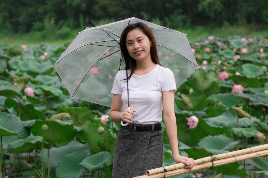 """Phan Thị Hiếu, sinh viên ngôn ngữ Nhật năm cuối ĐH FPT, tạo dáng trước ống kính và hào hứng thốt lên """"Thật sự rất đẹp!"""""""