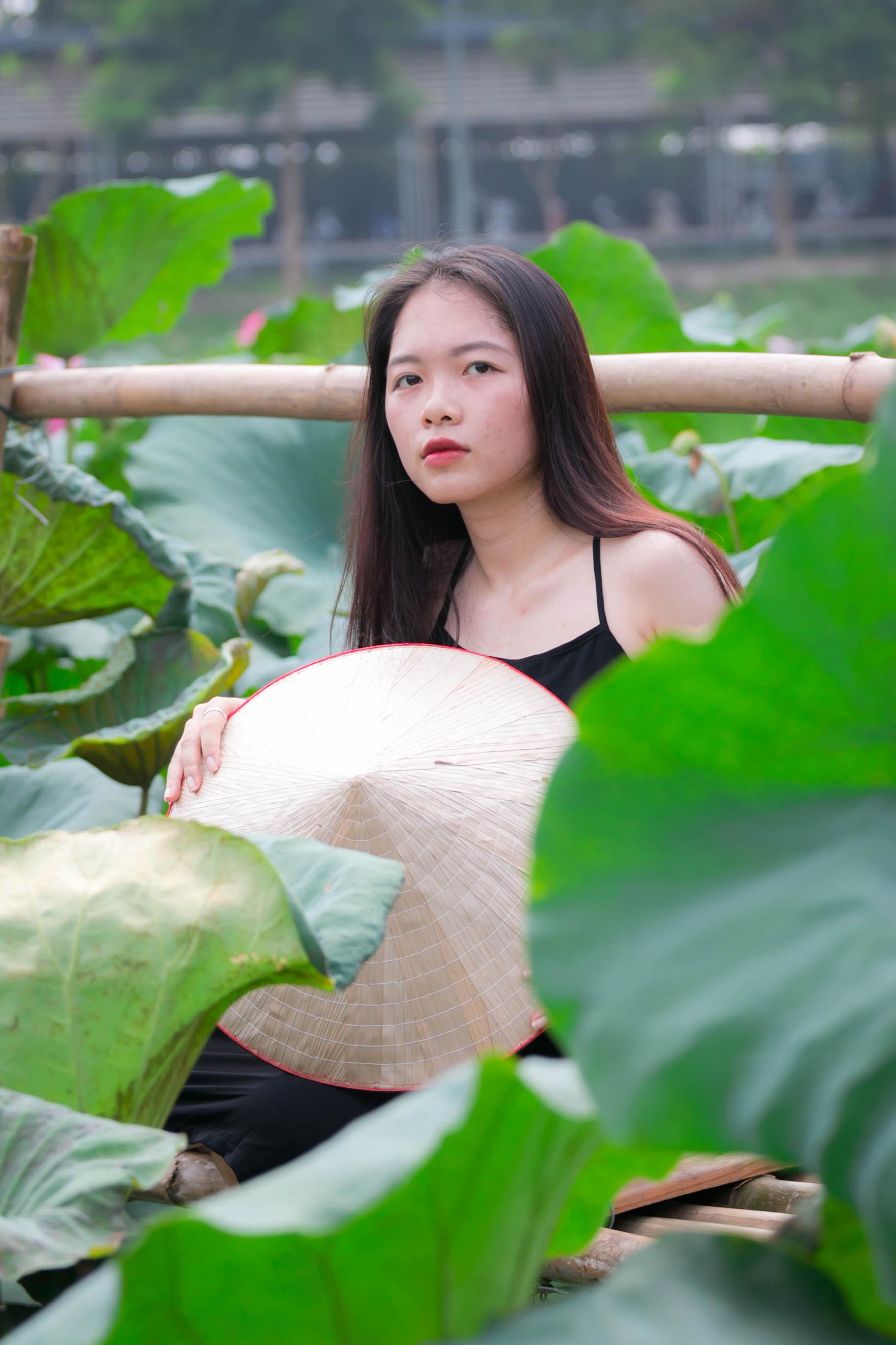 Bóng hồng Mạc Thị Hạ, sinh viên năm cuối ĐH FPT, không thể cưỡng lại được vẻ đẹp và mùi hương thơm dịu nhẹ của hoa sen, có mặt từ sớm lưu lại những hình đẹp nhất. Hạ cho biết hiếm trường đại học nào ở Việt Nam có không gian xanh và rộng thoáng như ĐH FPT.