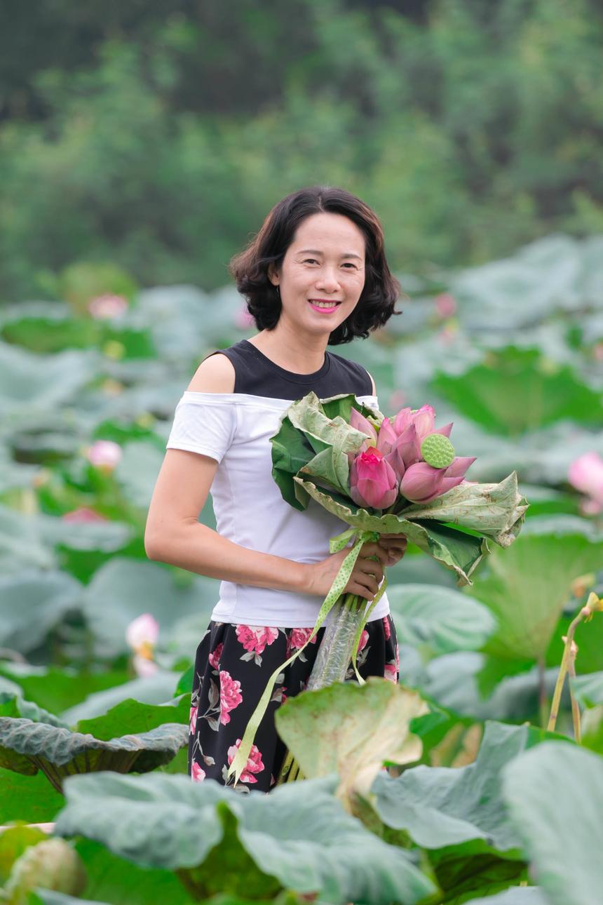 Chị Đỗ Thị Minh Thủy, bộ phận Đảm bảo chất lượng, tranh thủ giờ làm việc chụp ảnh sắc sen ngay tại nơi làm việc.