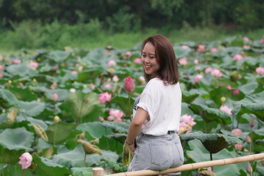 Cô nàng 2K lần đầu chụp ảnh hoa sen tại khuôn viên của trường đại học. Hải Băng cho biết mình không thể nào cưỡng lại trước vẻ đẹp của hoa nên đã phải dậy sớm trang điểm, để có những shoot hình đẹp nhất.