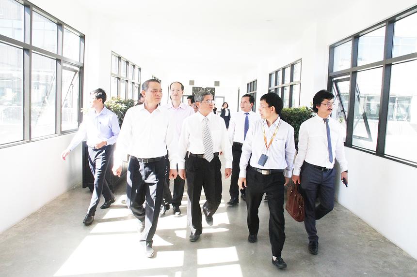 FPT Complex có sức chứa gần 10.000 người được khởi công vào ngày 13/8/2014 tại phường Hòa Hải, quận Ngũ Hành Sơn, do FPT làm chủ đầu tư. Công trình được xây dựng trên diện tích 5,9 ha, là khu phức hợp văn phòng cao cấp nhằm đảm bảo cơ sở hạ tầng cho những nhân viên tương lai của FPT. Đà Nẵng hiện là 1 trong 3 trung tâm nhân lực quan trọng nhất của FPT với hơn 3.000 kỹ sư phần mềm, chiếm 20% nguồn nhần lực của xuất khẩu phần mềm FPT, đạt tốc độ tăng trưởng nhân sự trung bình 40%/ năm. FPT Đà Nẵng được thành lập ngày 13/8/2004. Sau 15 năm, đến nay FPT đã đầu tư 2.205 tỷ đồng tại Đà Nẵng để xây dựng cơ sở vật chất, hạ tầng kỹ thuật Khu đô thị. Điều này đã góp phần thay đổi bộ mặt khu phía Đông Nam thành phố. Các hoạt động đầu tư của FPT đã đóng góp 1.200 tỷ đồng ngân sách thành phố Đà Nẵng, tạo ra gần 5.000 việc làm.