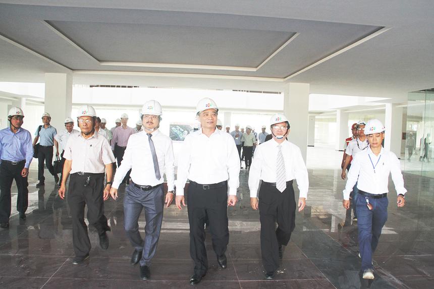 Phó Chủ tịch HĐQT FPT Bùi Quang Ngọc cùng lãnh đạo các đơn vị đại diện giới thiệu và trao đổi với đoàn thành phố về một số hạng mục công trình.