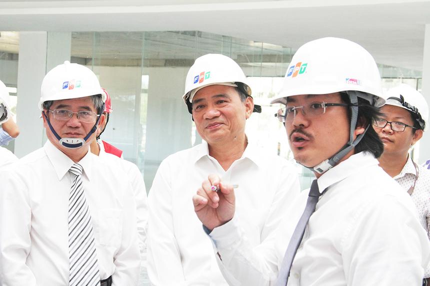 Phó Trưởng Ban xây dựng ĐH FPT Nguyễn Hữu Hiệp thuyết trình về dự án ĐH FPT. Đây là công trình kiến trúc hiện đại, kết hợp hài hòa với thiên nhiên. Nơi đào tạo các kỹ sư và kỹ thuật viên để đóng góp cho sự phát triển của Đà Nẵng nói riêng và Việt Nam nói chung trong tương lai.
