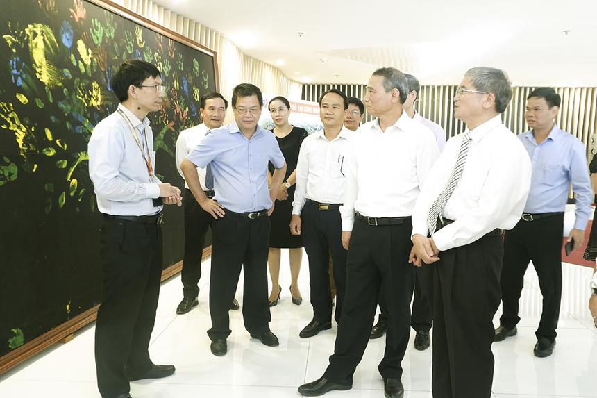 RờiCampus ĐH FPT, đoàn lãnh đạo ghé thăm nơi làm việc FPT Complex. Chủ tịch FPT Software Đà Nẵng Nguyễn Tuấn Phương giới thiệu về tòa nhà cùng một số thông tin liên quan đến nguồn nhân lực, kết quả kinh doanh và định hướng phát triển.