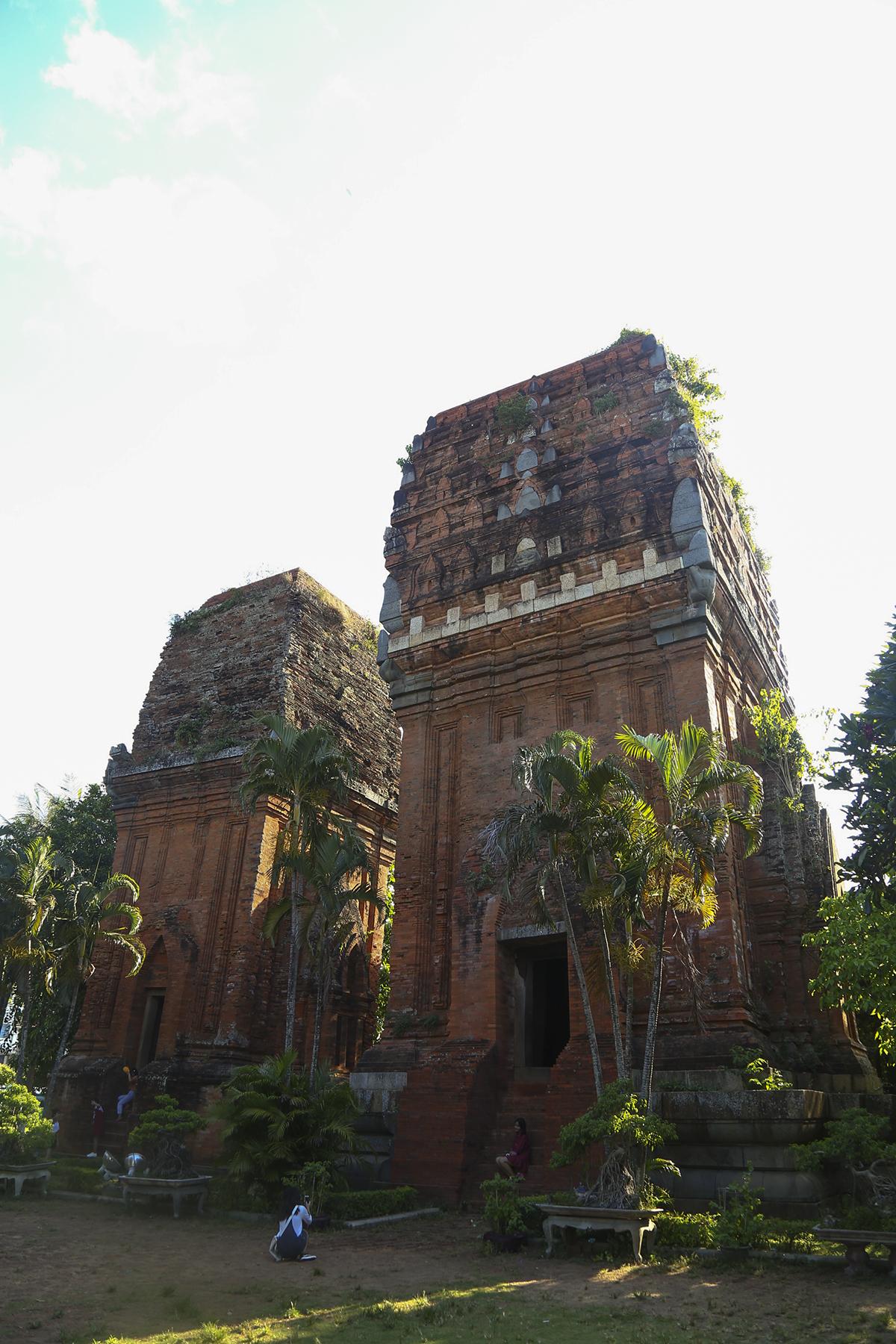 Là vùng đất có gần 5 thế kỷ giữ vai trò trung tâm của nhà nước Chămpa. Trải qua bao thăng trầm của lịch sử, nhưng văn hóa Chămpa ở đây vẫn phát triển và lưu lại nhiều dấu ấn lịch sử, văn hóa cho đến ngày nay. Tháp Hưng Thạnh (TP Quy Nhơn) được xây dựng vào cuối thế kỉ XII, có kiến trúc đặc trưng của tháp Chăm chịu ảnh hưởng phong cách nghệ thuật Khmer thời Ancovat-Bayon.
