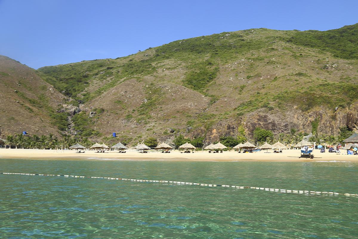 """Kỳ Co hiện ra không khác gì """"thiên đường Maldives"""" thu nhỏ của Việt Nam. Khung cảnh vô cùng hữu tình với những mỏm đá nhấp nhô cùng màu nước biển xanh trong thấy cả đáy."""