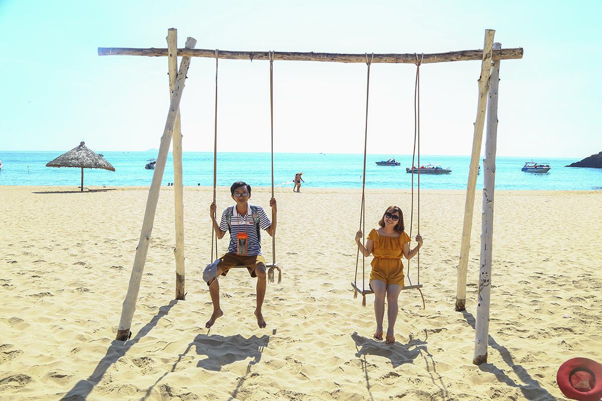 Với nắng vàng, cát trắng và biển xanh, các thành viên thỏa thích chụp ảnh, vui đùa trong làn nước trong xanh.