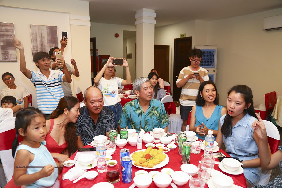 Trong đêm gala dinner, đoàn còn đón tiếp sự góp mặt của anh Hoàng Minh Châu - nguyên PTGĐ FPT, GĐ FPT HCM. Ngoài ra, theo anh Nguyễn Tuấn Hùng - Giám đốc FPT HCM, những hoạt động dã ngoại tập thể với đầy đủ các phòng ban HO cần được duy trì hằng năm để tạo tinh thần đoàn kết và gắn kết các thành viên.