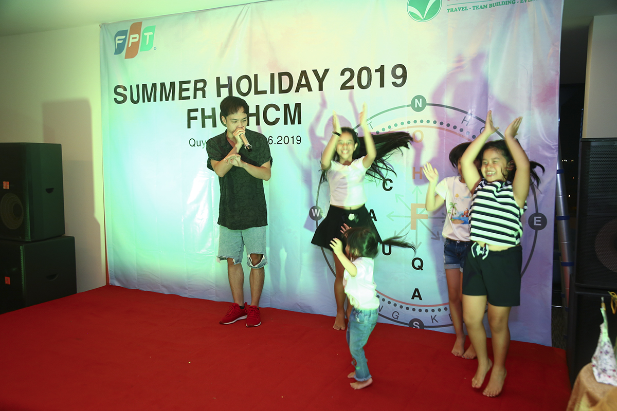 Trong đêm gala, còn có các tiết mục văn nghệ của các thành viên trong đoàn như màn beatbox của beatboxer Trần Thái Sơn và những trò chơi tập thể.