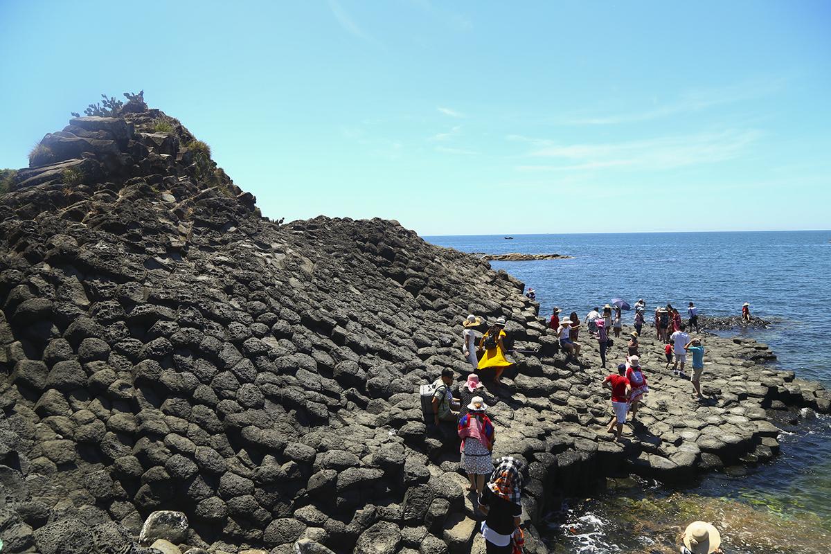 Có niên đại hàng triệu năm, kỳ quan này là một trong những chứng tích hiếm hoi còn lại trên thế giới về quá trình phun trào dung nham núi lửa gặp nước biển lạnh, tạo thành một tổ ong khổng lồ bên biển, được xếp từ hàng nghìn viên đá khối lục lăng đều tăm tắp, một dấu ấn của thời xa xưa mà Việt Nam tự hào có.