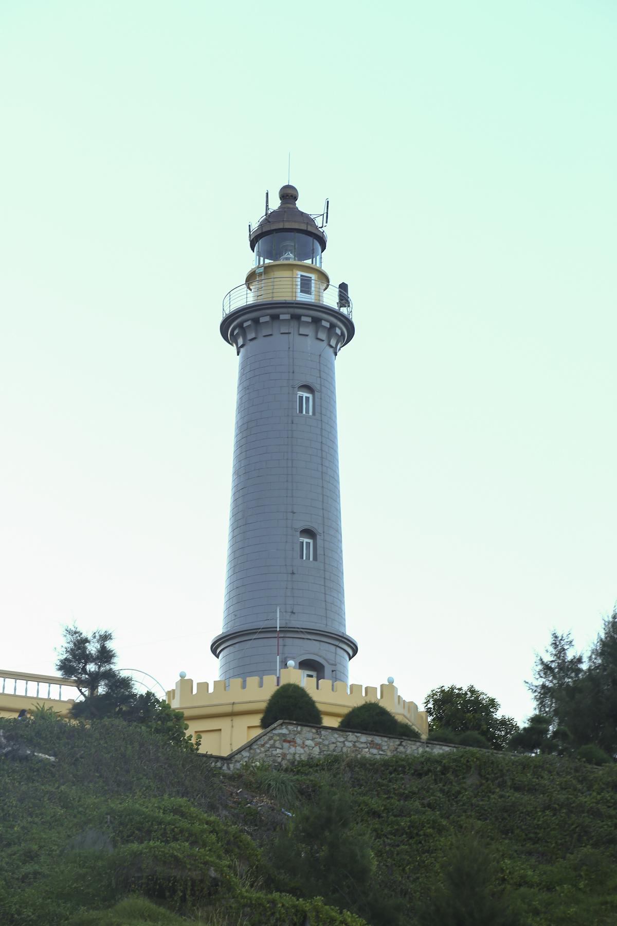 Hải đăng Đại Lãnh, một ngọn hải đăng cổ được xây dựng vào năm 1890, cao 26.5met so với mặt đất và cao 110m so với mực nước biển, có thể phát tín hiệu xa 27 hải lý. Bên trong ngọn hải đăng là 110 bậc thang gỗ, dẫn lên đến đỉnh.