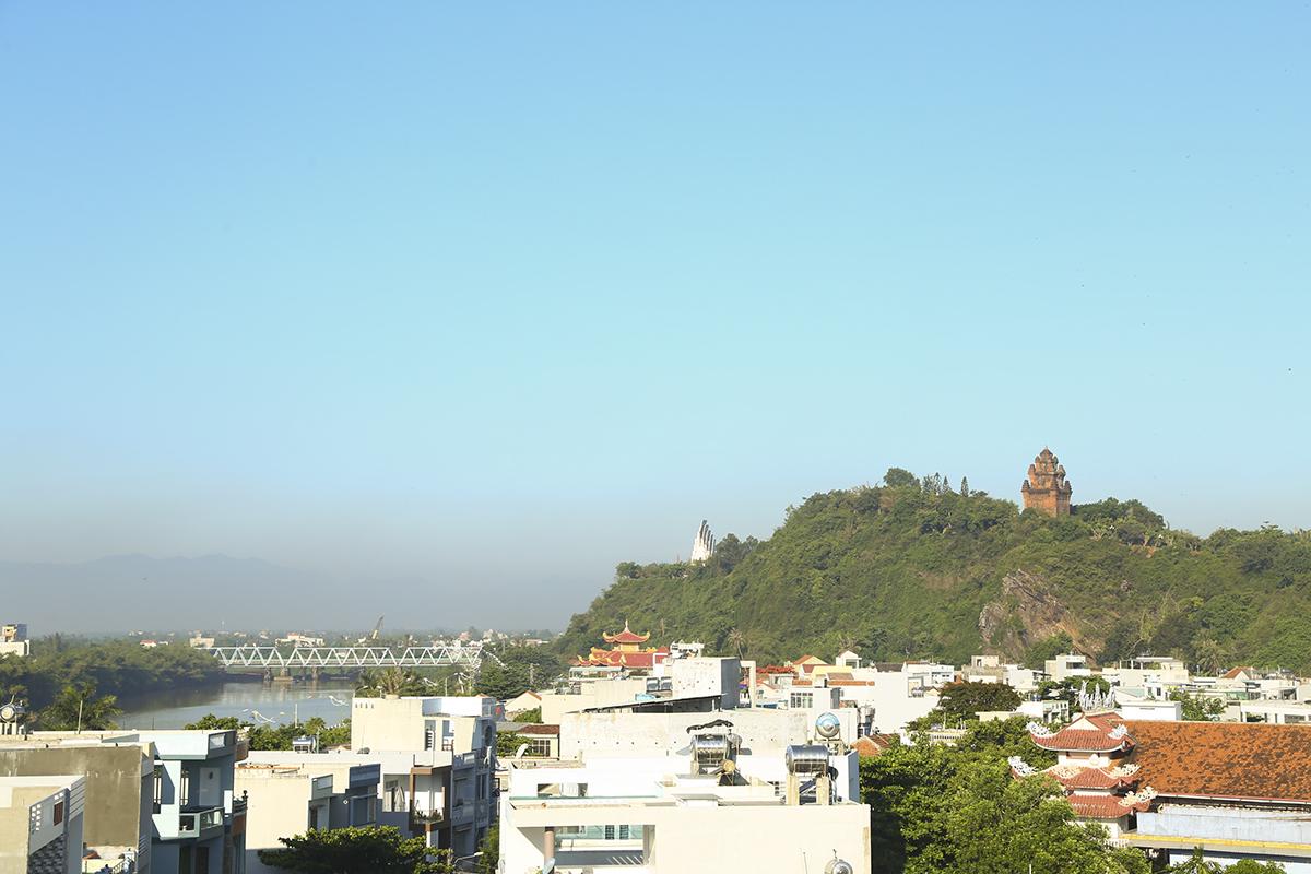 Tháp Nhạn là ngọn tháp nổi tiếng ở Phú Yên, nằm trên đỉnh ngọn núi Nhạn ở bờ bắc sông Đà Rằng. Tương truyền, xưa kia có nàng tiên nữ Thiên Y A Na giáng trần chỉ dạy cho người dân sống ở vùng đất này tất cả mọi thứ từ cấy cày, dệt vải, kéo sợi…để tìm cách mưu sinh. Sau khi tiên nữ quay trở lại cõi tiên, người Champa muốn ghi công ơn người khai sáng cho dân tộc đã xây ngọn tháp ấy để phụng thờ.