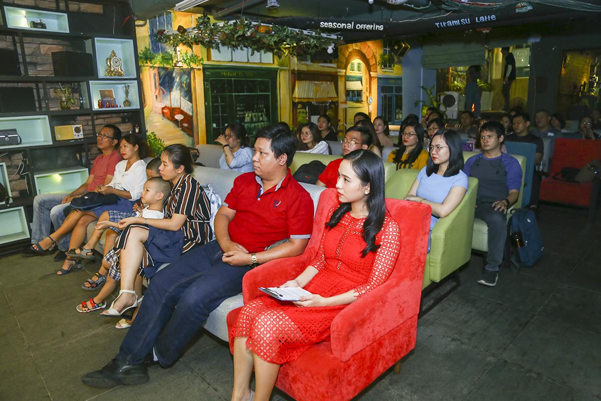 Đêm nhạc được tổ chức tại phòng trà Casanova (61C Tú Xương, phường 7, quận 3) với sự tham gia của hơn 70 thành viên Sen Đỏdưới hình thức vé mời. Sân khấu đã được lấp kín khi đây là lần đầu người nhà Sen được lắng nghe giọng hát của đồng nghiệp mình.