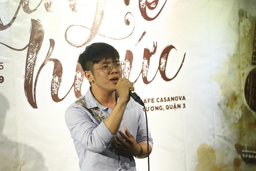 """Chương trình mở đầu bằng bài hát """"Chỉ là giấc mơ"""" của bạn Võ Tấn Phát với chất giọng da diết, đầy day dứt: """"Vì anh chưa đến ở đây mình em, Tình yêu chỉ mãi là giấc mơ...""""."""