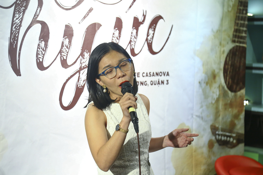 """Sau khi thể hiện ca khúc """"Để nhớ một thời ta đã yêu"""", chị Trương Thanh Huyền chia sẻ: """"Đây là lần đầu tiên Sen Đỏ tổ chức một đêm nhạc mang tính chuyên nghiệp. Các ca sĩ và khán giả đã cùng nhau mang đến không khí âm nhạc ấm ấp, giúp mình được trở về ký ức. Hy vọng sẽ có nhiều những chương trình như vậy để mọi người được thể hiện tài năng ca hát của mình""""."""