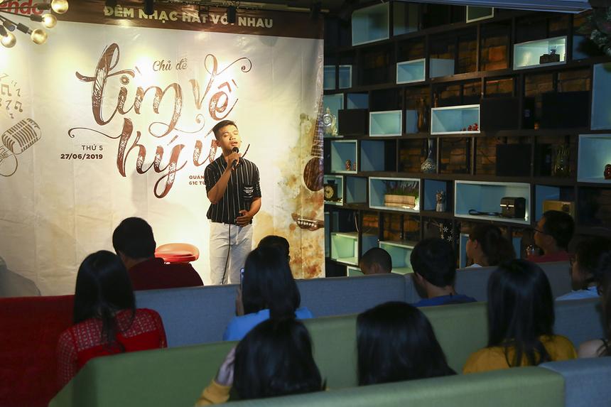 """Anh Nguyễn Kim Long là thành viên Đoàn Văn công FPT cũng da diết trong ca khúc """"Sợ yêu"""" - bài hát nổi tiếng của nữ ca sĩ Thanh Hà."""