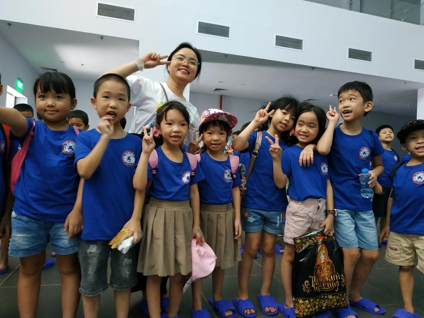 Các bé tham gia Summer Camp chia thành 4 nhóm tuổi, gồm tiền mẫu giáo, lớp 2-3, lớp 3-4, lớp 6, lớp 7. Trong suốt khóa học, các bé được dạy kỹ năng sống, thí nghiệm khoa học phù hợp lứa tuổi, trong đó có làm mô hình tên lửa nước cho các bé lớn.