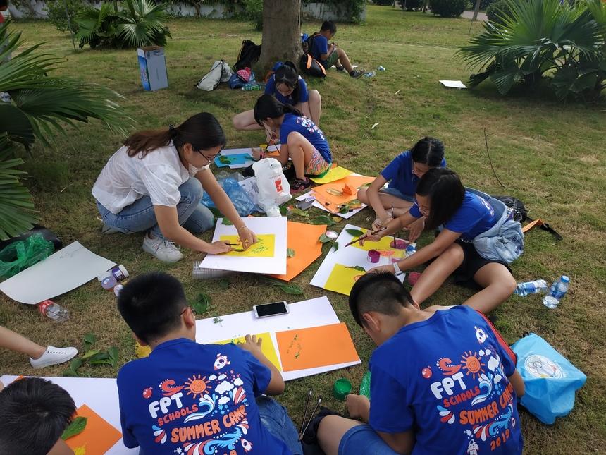 Sau đó, các em được đưa ra khu đất cỏ cạnh hồ sen để vẽ ngoại khóa. Học viên Summer Camp có thể chọn vẽ hoặc in màu lá tùy theo sở thích các bé.