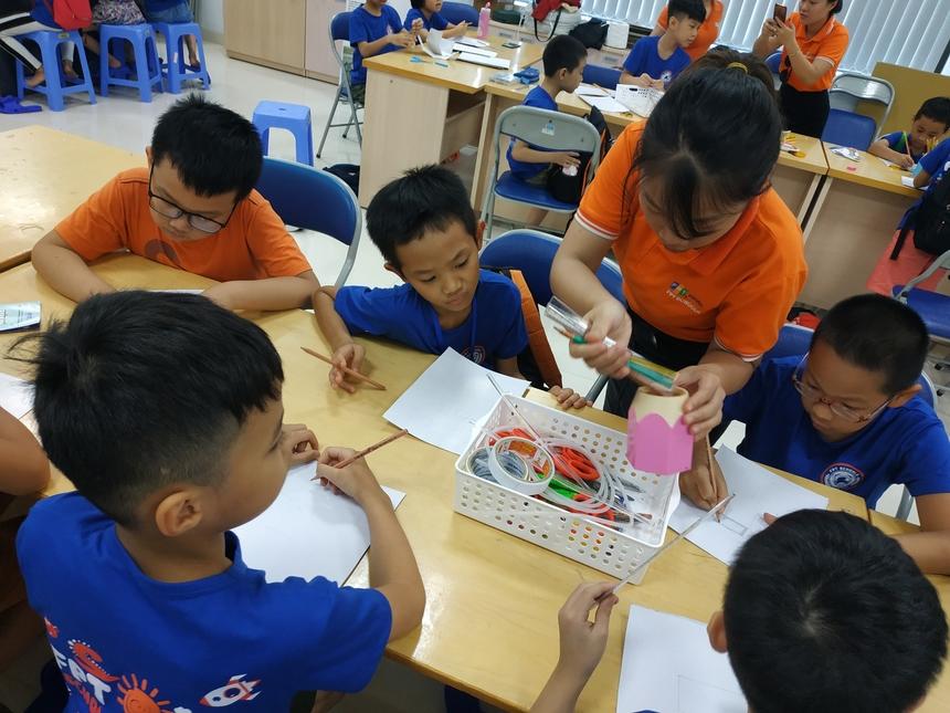 Dưới sự hướng dẫn của thầy cô và kỹ sư, các bé tập trung quan sát.