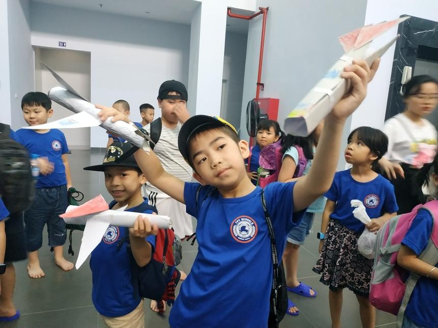 Hoạt động diễn ra khoảng 1 tiếng, các bé được mang sản phẩm về nhà khoe gia đình.Trong chuyến dã ngoại, bé Vũ Huyền Anh (7 tuổi) ấn tượng nhất phần chiếu phim không gian vũ trụ. Còn với Phần Lê Minh (6 tuổi) bé ước lớn lên được thám hiểm không gian