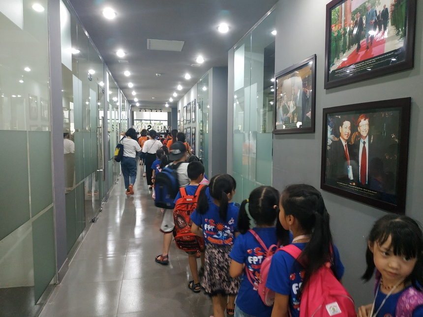 Các em xếp hàng, đi qua khu vực bảo tàng, khu học tập của các anh chị sinh viên.