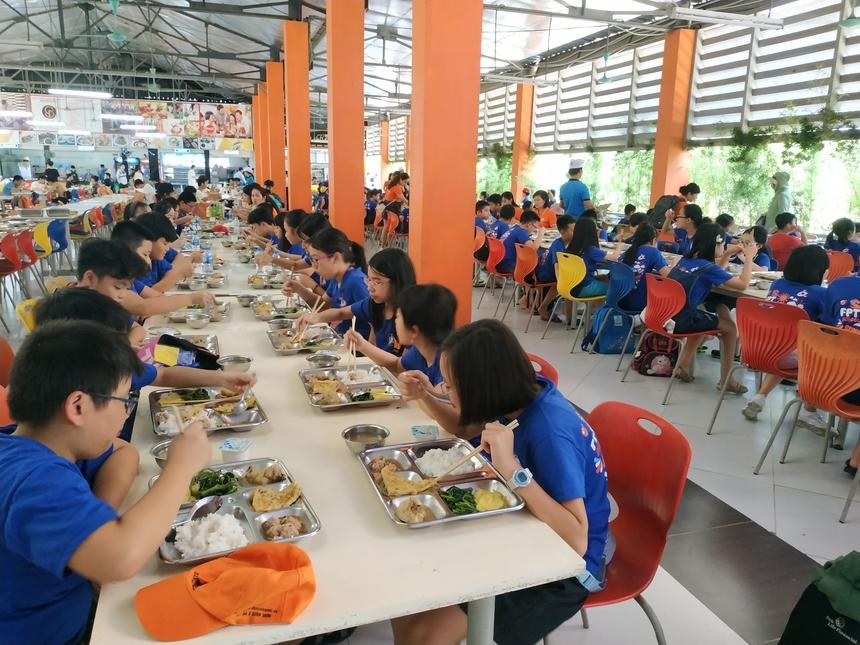 Đến trưa, các bé di chuyển bằng ô tô về ĐH FPT các đó không xa để dùng bữa trưa. Sau đó 165 học viên được đưa lên ký túc xá chuẩn bị sẵn gồm giường, chăn gối, điều hòa để ngủ trưa.