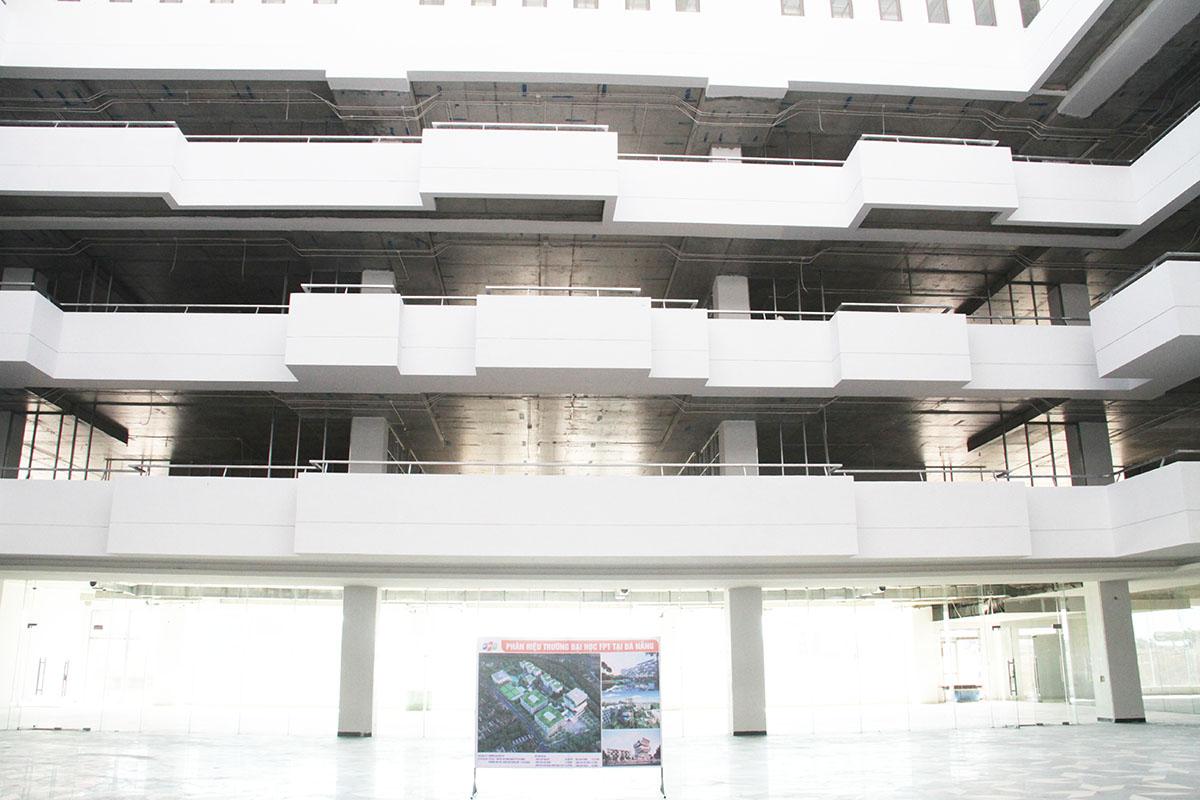 Tòa nhà còn áp dụng các thiết kế xanh vào công trình sẽ tận dụng được ánh nắng, gió để đem lại bầu không khí dễ chịu và trong lành. Đơn vị còn tận dụng gió tự nhiên thông thoáng cho cả tòa nhà cũng được tính toán kỹ lưỡng.