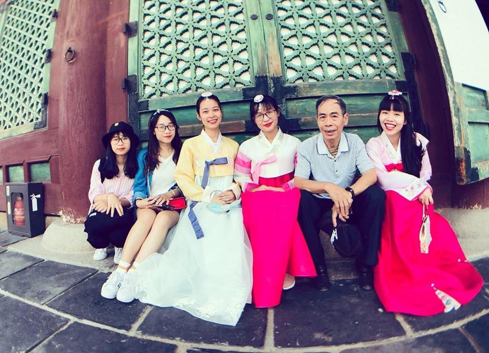 Các nữ cán bộ xinh đẹp của Ban truyền thông FPT Edu trong trang phục truyền thống của Hàn Quốc. Cả team đã cùng nhau đặt chân tới Busan (Hàn Quốc).