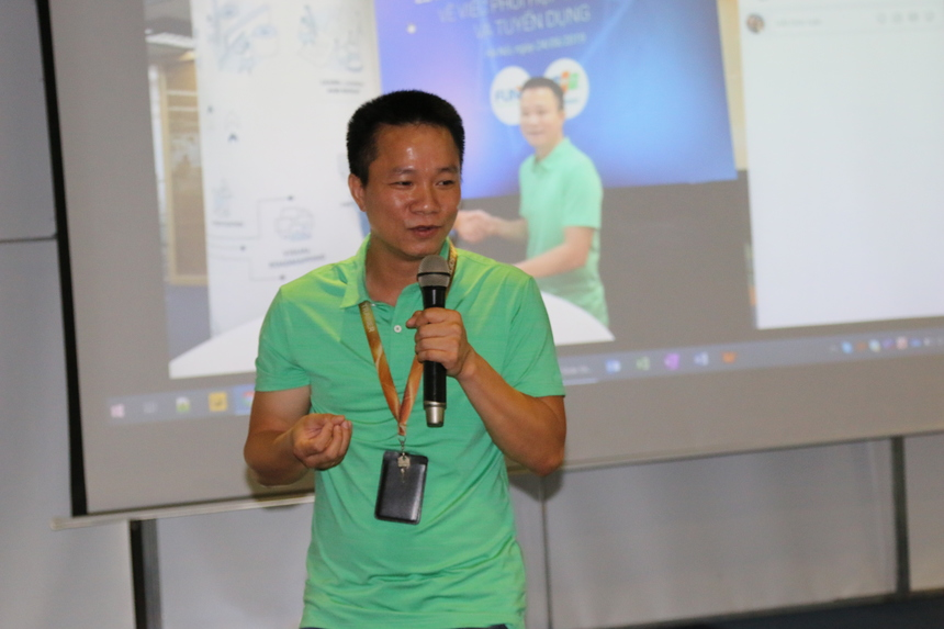 Phó Tổng Giám đốc FPT Software - anh Phan Mạnh Dần chia sẻ với sinh viênvề cơ hội nghề nghiệp, hành trình thăng tiến cũng như những cơ hội trở thành lập trình viên toàn cầu. Bên cạnh đó, anh cũng giải đáp những thắc mắc về các chính sách thu hút, đãi ngộ nhân tài, các chính sách về thu nhập, nhân sự tại FPT Software.