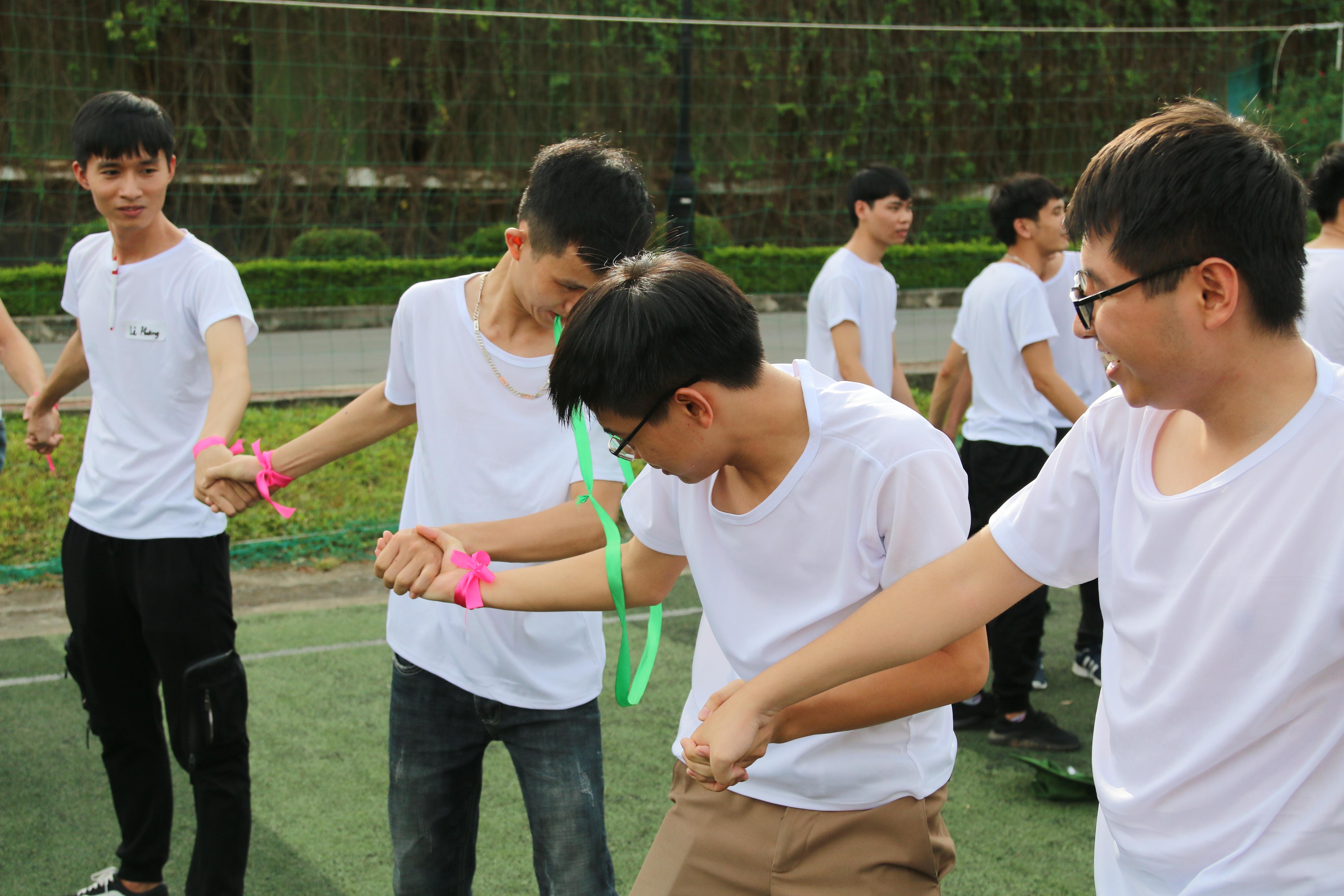 Trò chơi khởi động đó là 'Chuyền dây' 14 đội được phát dây đã được thắt hình tròn. Các thành viên trong đội nắm tay nhau tạo thành hình chữ U, sử dụng chân và miệng để chuyển dây. Đội nào nhanh nhất sẽ di chuyển đến các điểm chơi và thử thách mới.