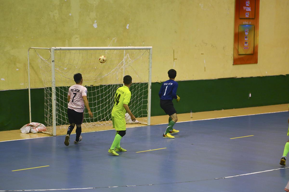 Bất ngờ tiếp tục khi ở phút 17, cầu thủ số 6 Võ Hoàng Lâm đã có pha dứt điểm rất nhanh trong vòng cấm, mở tỷ số trận đấu, đưa nhà Giáo dục vươn lên dẫn trước.