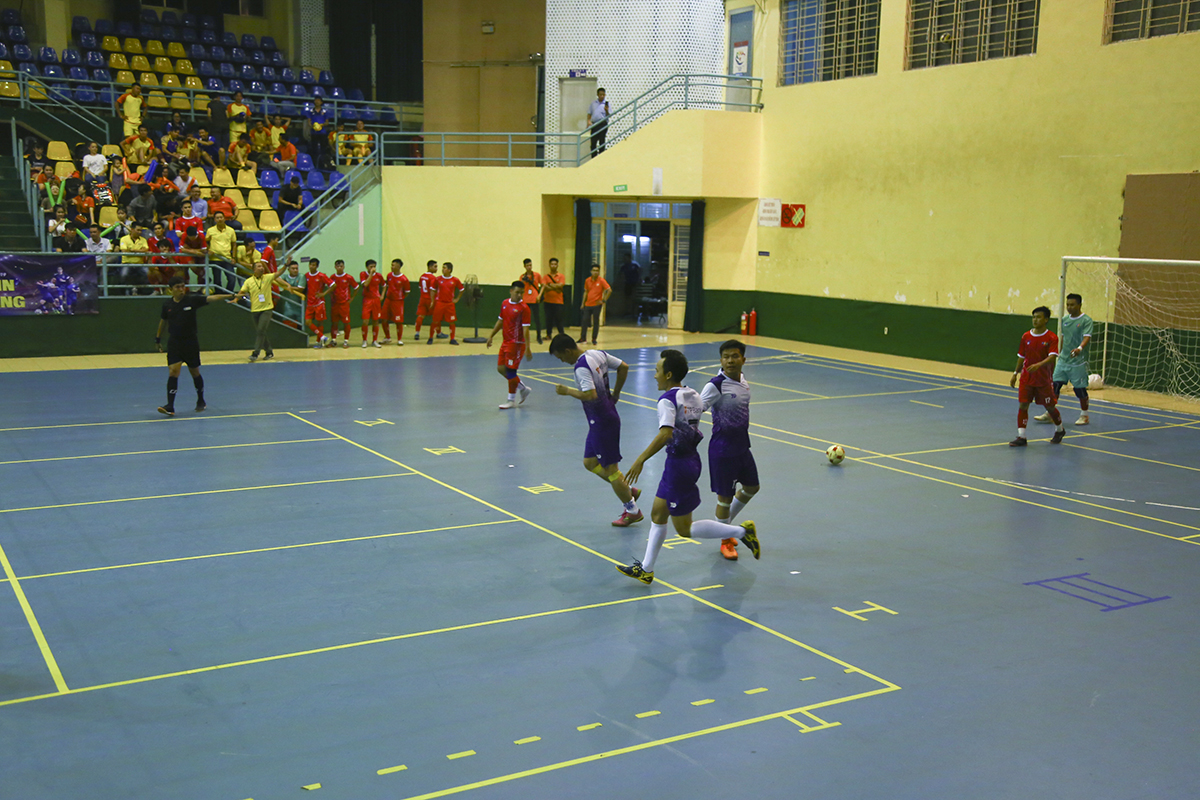 Trận đấu còn lại của bảng A giải Futsal FPT HCM diễn ra tối ngày 8/7, tại nhà thi đấu Rạch Miễu là màn đọ sức được chờ đợi nhất ở vòng 1 giữa đương kim á quân TPBank (áo tím) và cựu vương FPT Telecom (áo đỏ). Trận đấu hấp dẫn ngay từ đầu khi ở phút thứ 3, tỷ số đã được mở cho TPBank với pha lập công của cầu thủ số 6 Nguyễn Văn Thắng.