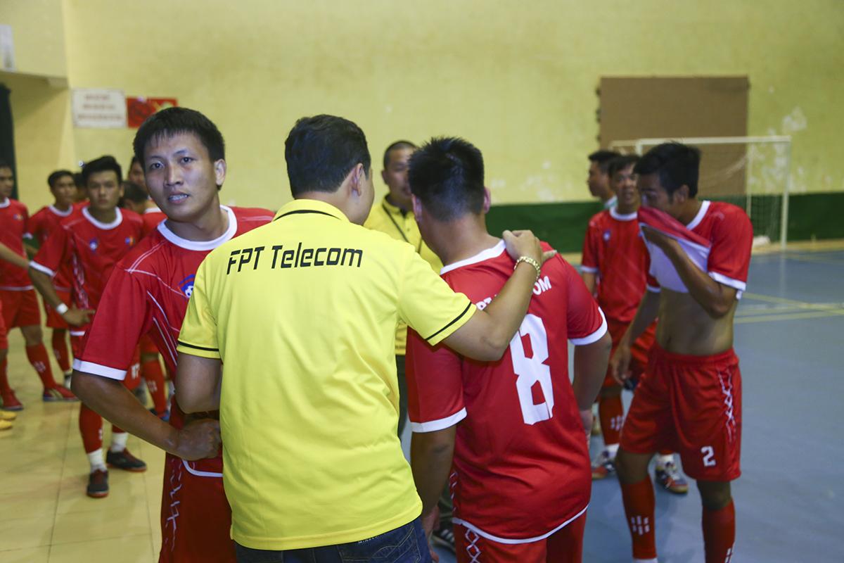 HLV Phạm Mạnh Hoàng bên phía FPT Telecom phải lập tức yêu cầu hội ý để kịp thời cùng ban huấn luyện đưa ra những thay đổi chiến thuật.