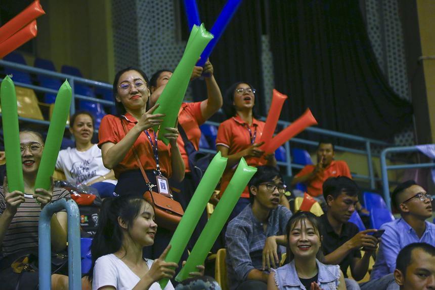 Các khán giả FPT Telecom hò reo không ngớt khi chứng kiến màn ngược dòng xuất sắc của các cầu thủ áo đỏ trước đối thủ mạnh trong bảng.