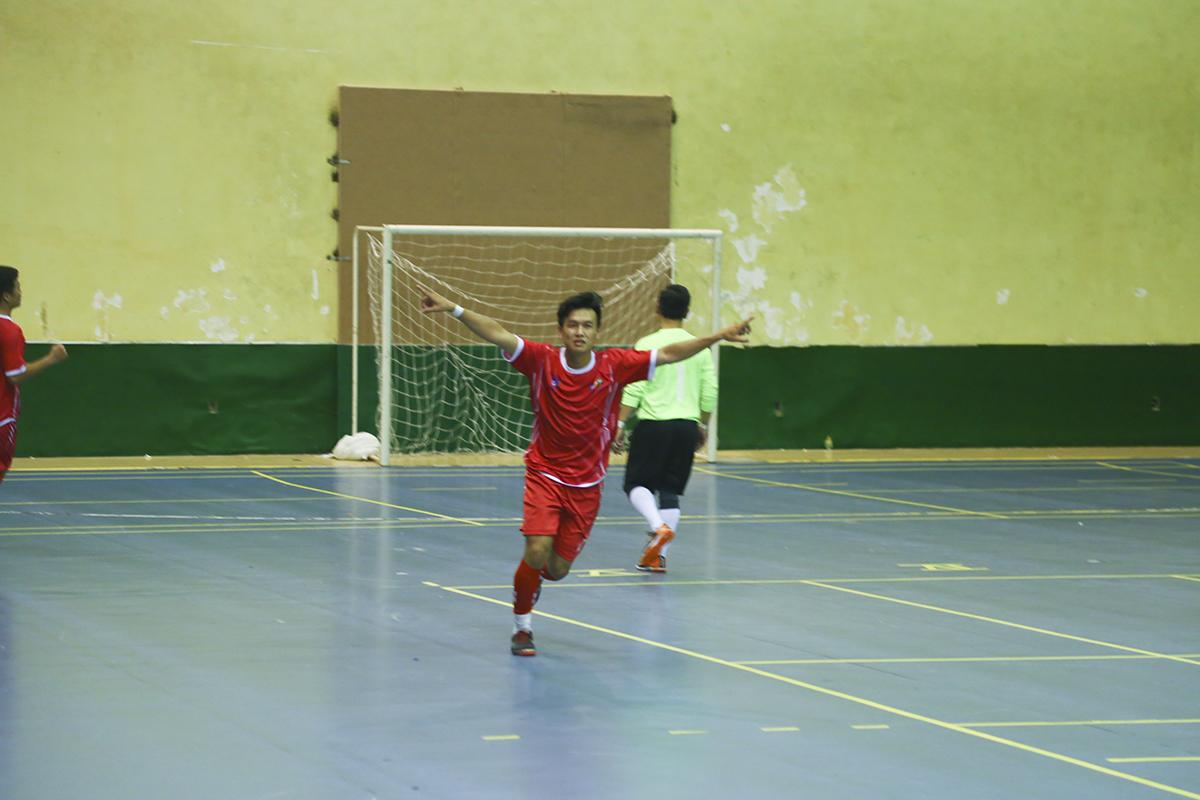 Tấn công nhưng không ghi được bàn thắng, đội bóng Ngân hàng đã phải trả giá với bàn thua thứ 4 sau tình huống phản công nhanh của nhà Viễn thông ở phút 27. Trong đó, số 17 Lê Quang Tiến là người ghi bàn.