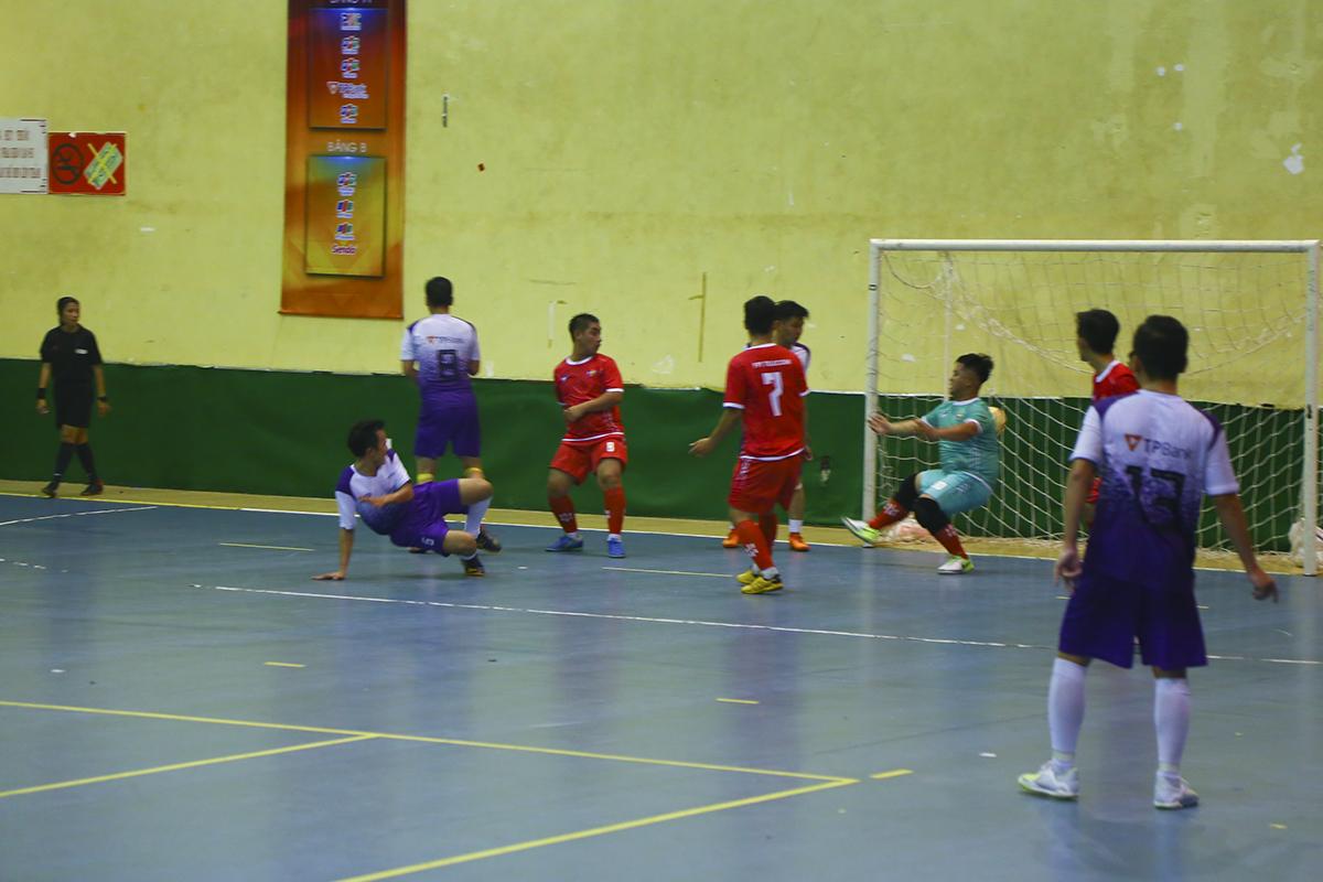 Tuy nhiên, trong một khoảnh khắc thiếu tập trung của hàng thủ FPT Telecom sau đó, cầu thủ số 6 Nguyễn Văn Thắng đã mang về bàn rút ngắn tỷ số 2-4 cho TPBank, đồng thời hoàn tất cú đúp cho riêng mình.