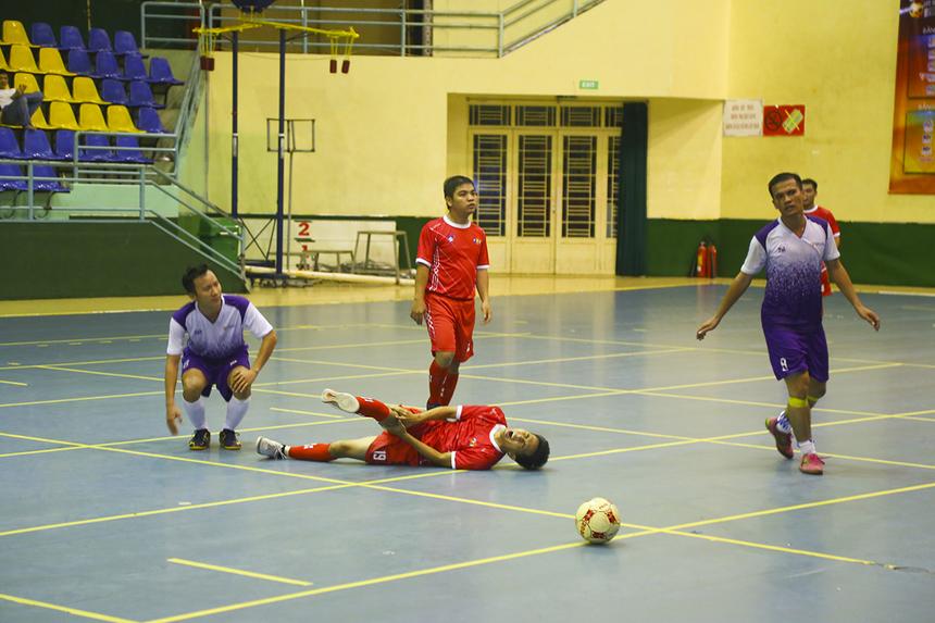 Về cuối trận, trận đấu bị ngắt quãng liên tục bởi các pha va chạmkhông đáng có của cầu thủ hai đội.