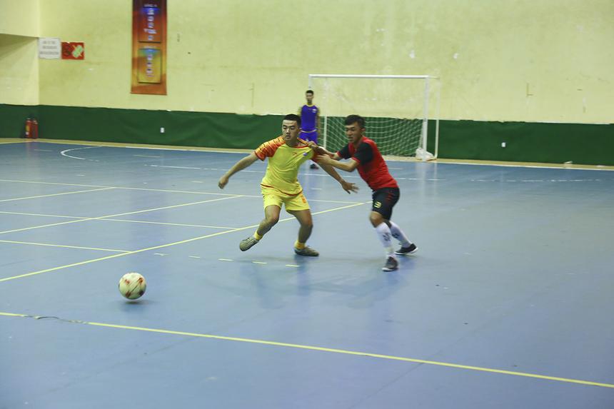 Vì vậy trong suốt thời gian thi đấu của hiệp 1, FPT IS không thể một lần tìm được đường vào khung thành của đội bóng nhà Bán lẻ.
