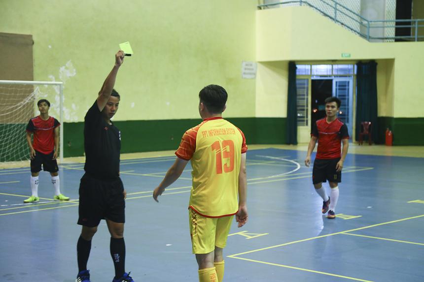 Không những vậy, cầu thủ số 19 Nguyễn Quang Sang của FPT IS còn bị trọng tài rút thẻ vàng cho tình huống phạm lỗi không bóng với thủ môn đối phương ở phút 19.