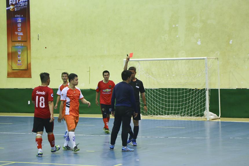 Khó khăn chồng chất khó khăn cho Sen Đỏ khi chỉ 2 phút sau, thủ môn Trần Tiến Lâm đã nhận thẻ đỏ trực tiếp từ trọng tài Nguyễn Hoài Thương khi dùng tay phá bóng ngoài vòng cấm.