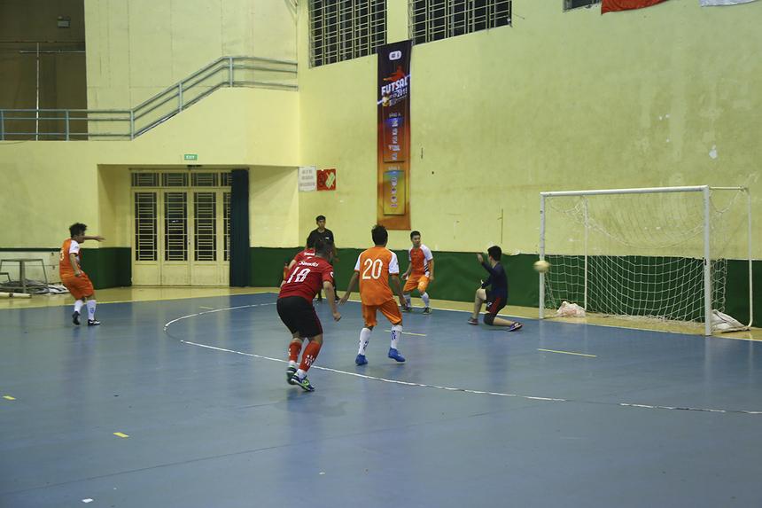 Tận dụng tốt tình huống đá phạt ngay sau đó, các cầu thủ FPT Securities đã san bằng tỷ số 2-2, với pha lập công của số 20 Nguyễn Ngọc Phương ở phút 36.