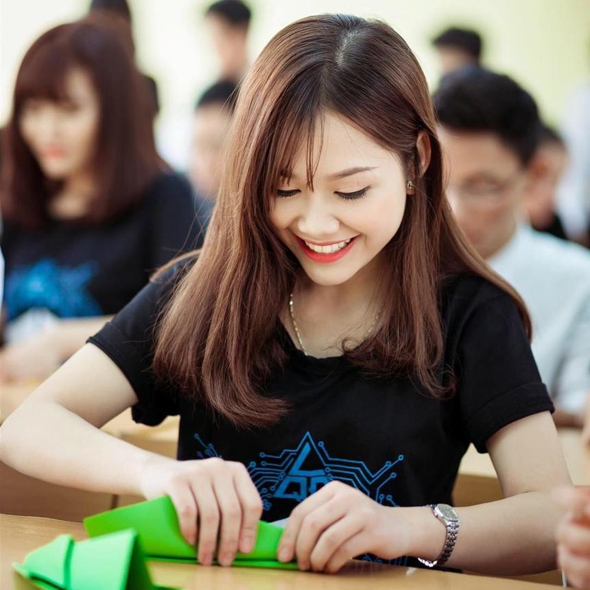 Sinh năm 1998, Vi Quỳnh là một cô gái vui tính, thích đọc sách, trồng cây, nuôi động vật và chơi thể thao. Điểm mạnh của Quỳnh là sự tự tin. Cô cũng có một sở thích đặc biệt khác là bóng đá và fan hâm mộ lâu năm của Barcelona.