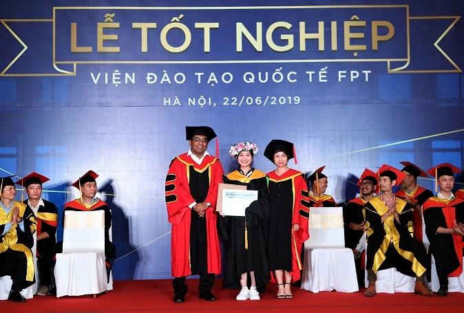 """Nguyễn Thị Vi Quỳnh nhận danh hiệu """"Sinh viên xuất sắc nhất 2019"""" tại Lễ tốt nghiệp, diễn ra vào tháng 6. Kết quả được đánh giá theo 2 tiêu chí: điểm tổng kết 2 năm cao nhất và thời gian tốt nghiệp sớm nhất (tính từ thời điểm kết thúc kỳ 4)."""