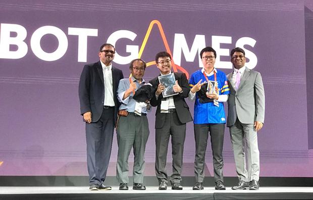Anh Đoàn Viết Tùng (thứ 2 từ phải qua) nhận giải thưởng từ BTC. Ảnh: Thanh Tùng