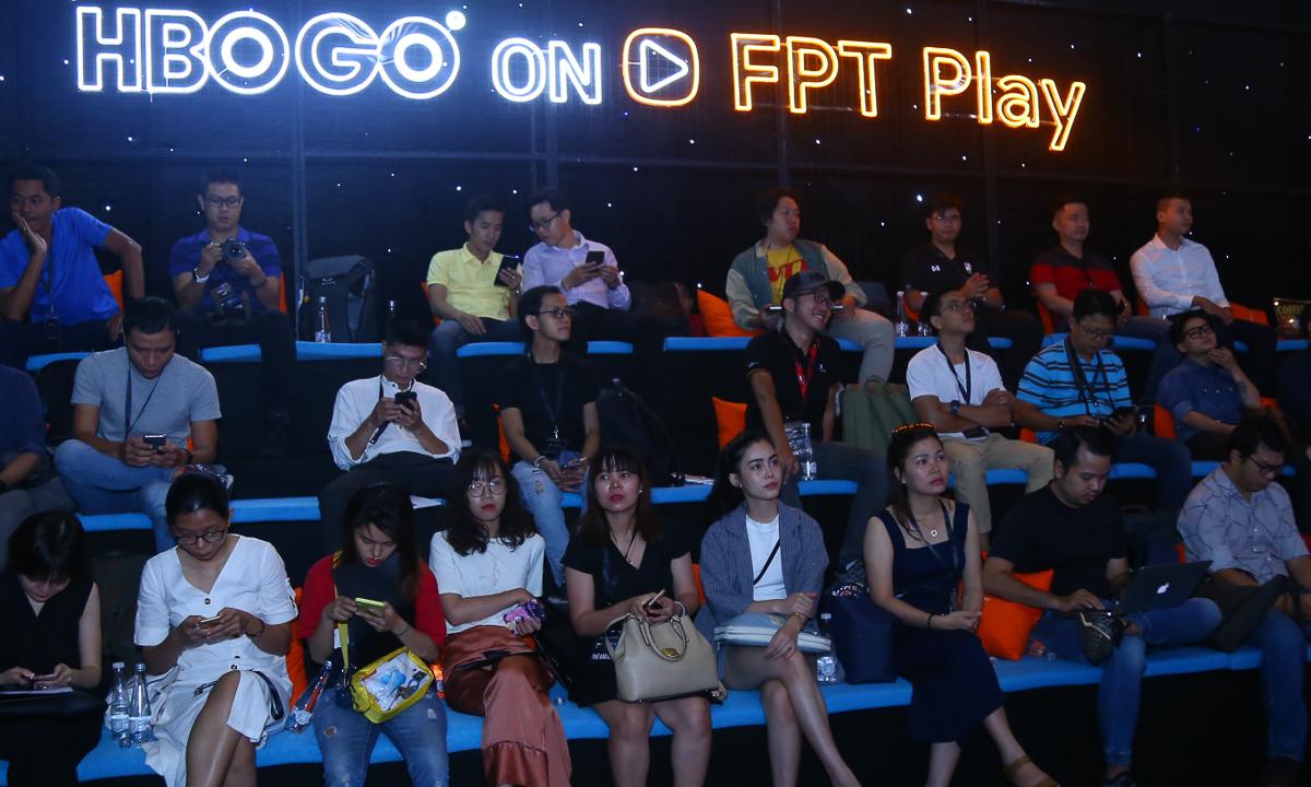 """Không gian sự kiện được đánh giá là """"rất HBO"""", vừa ấm cúng vừa đẳng cấp. Chị Trần Thu Trang, Giám đốc Ban dự án (đơn vị xây dựng và vận hành FPT Play) cho biết sau nhiều cân nhắc cách set-up chương trình, Ban tổ chức đã lựa chọn kết hợp giữa không khí trang trọng của một hội nghị và sự gần gũi, ấm cúng của một rạp chiếu phim."""