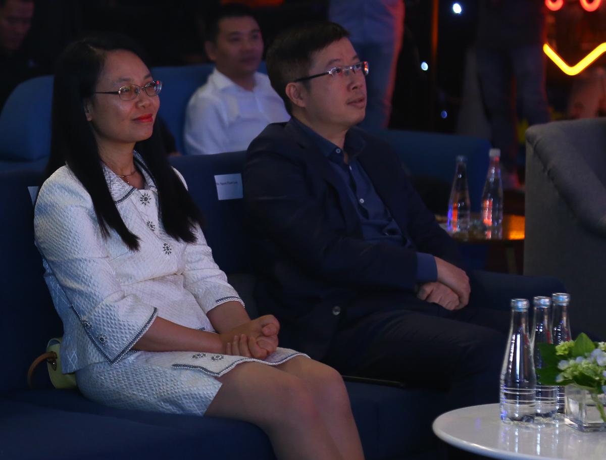 Chủ tịch FPT Telecom Chu Thanh Hà và ông Nguyễn Thanh Lâm, Cục trưởng Cục Phát thanh truyền hình và thông tin điện tử, Bộ Thông tin và Truyền thông chăm chú theo dõi các phần chia sẻ.