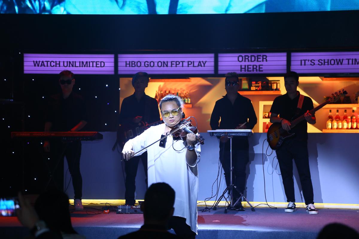 Nghệ sỹ violin Fat B và Ban nhạc Kick-off band trình diễn tại sự kiện.